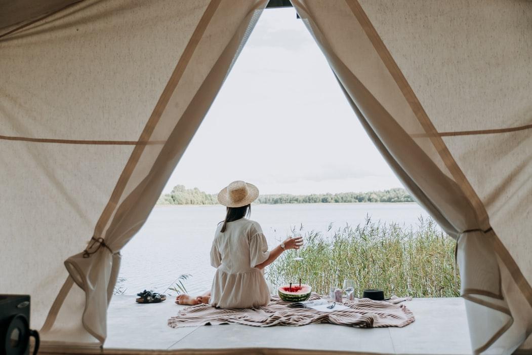 Wat kamperen in een lodgetent leuk maakt - glamping